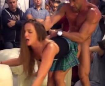 Javni sex pred ljudima