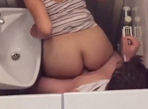 Sex u toaletu stojeći