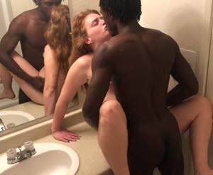 Međurasna jebačina sa crncem u kupatilu